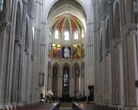 Nave central con altar al fondo