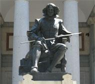 Estatua de Velazquez en la puerta del museo